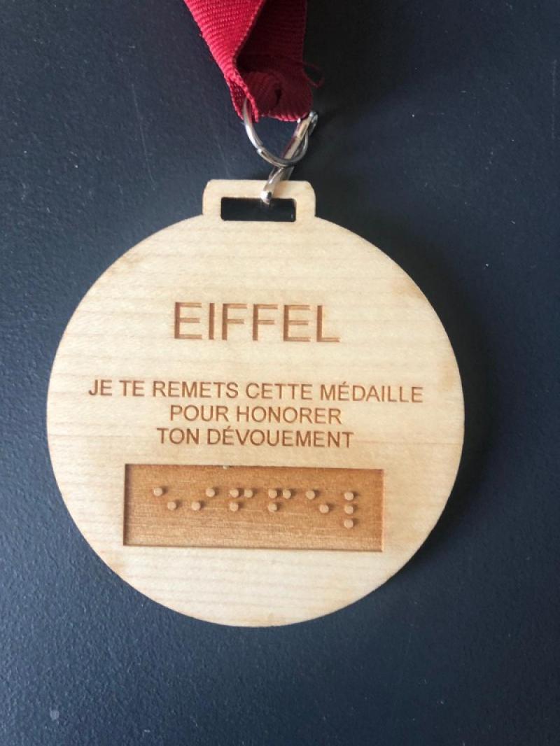 Médaille verso: nom du chien gravé et en braille . Texte: Je te remets cette médaille pourhonorer ton dévouement