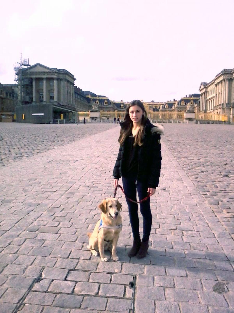 Igger et sa famille d accueil devant le chateau de Versailles