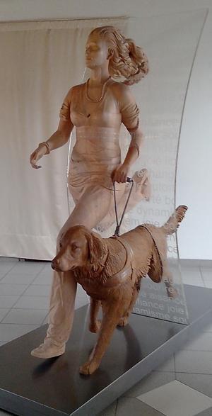 Statue: une femme court avec son chien guide